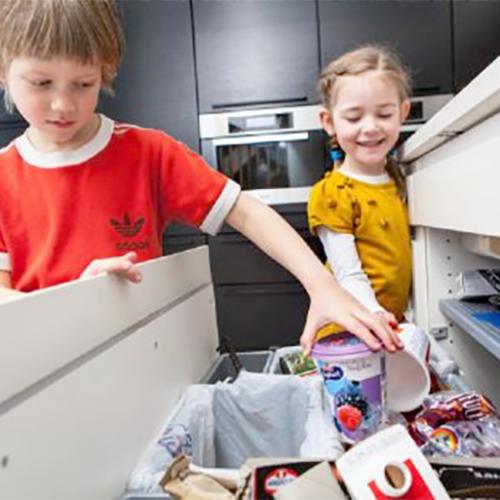 Barn som sorterer søppel